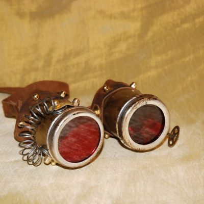 Occhiali stretti lente rossa